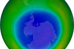 Ozonová díra (modře) nad Antarktidou