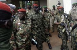 Plukovník Mamady Doumbouya (upostřed), který velí zvláštní armádní jednotce v Guineji