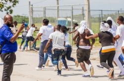 Po přistání na Haiti se někteří lidé snažili dostat zpět do amerického letadla