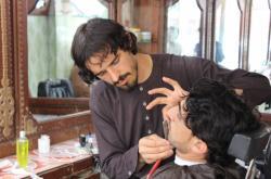 Holič stříhá vousy v afghánském Chóstu