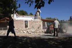 Poškozená řecká pravoslavná kaple po zemětřesení na Krétě
