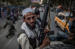 Bojovníci Talibanu na hlídce v Kábulu