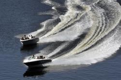 Motorový člun na přehradě