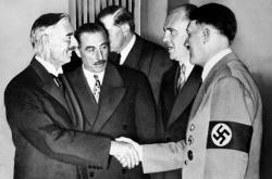 Chamberlain si podává ruku s Hitlerem na Mnichovské konferenci