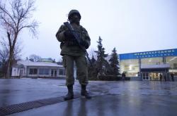 Ozbrojená hlídka v přední části letiště v Simferopolu