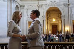 Sandy Stierová (vlevo) a Kris Perryová byly mezi prvními, kteří uzavřeli sňatek