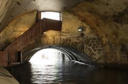 Oblouk Juditina mostu zachovaný pod Karlovým mostem