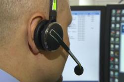 Policista přijímá tísňové volání - často ale jde o zneužití takové linky