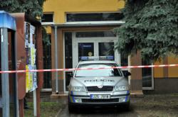 Policie hlídá vchod do restaurace Družba