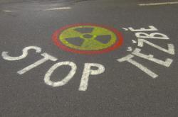 Nápis na silnici poblíž bývalého dolu v Brzkově