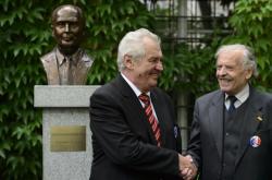 Prezident Miloš Zeman a předseda Jazzové sekce Karel Srp u busty Francoise Mitterranda