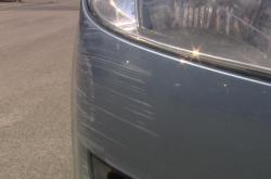 Odřený nárazník automobilu
