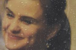 Portrét Jo Coxové při pietním zasedání britského parlamentu