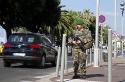 Vojenská hlídka u promenády v Nice