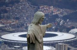 Kristus Spasitel, symbol Ria, v pozadí se stadionem Maracaná