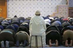Modlení v pařížské Velké mešitě
