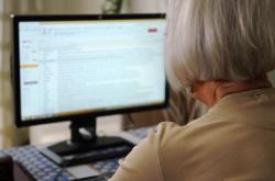 Starší lidé jsou častým cílem podvodníků na internetu