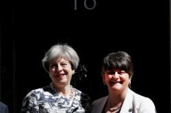 Theresa Mayová a šéfka DUP Arlene Fosterová