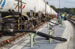 Plnění vlaku naftou v bavorském Kraillingu