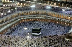 Muslimští poutníci ve svatyni Kaaba, jež je součástí Velké mešity v Mekce