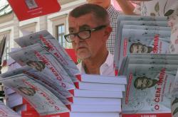 Andrej Babiš (ANO) s knihou O čem sním, když náhodou spím