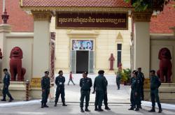 Policejní hlídka před soudem v Phnompenhu