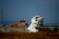 Poškozená socha Lenina u gruzínského Tbilisi