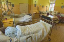 Přeplněný pokoj v léčebně dlouhodobě nemocných