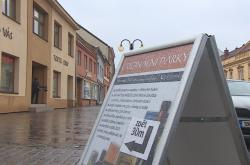 Takzvané reklamní áčko na ulici ve Slavkově u Brna