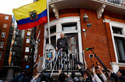 Julian Assange na ekvádorské ambasádě
