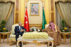 Saúdskoarabský král Salman bin Abdulaziz Al Saud (vpravo) s tureckým premiérem Binali Yildirim