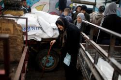 Obyvatelé palestinské Gazy přijímají potravinovou pomoc od UNRWA