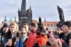 Turisté na Karlově mostu