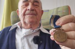 Miroslav Crkal s medailí od Edvarda Beneše
