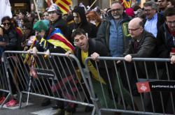 Demonstranti před katalánským parlamentem