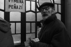 Bratislavané čekají ve frontě aby si mohli vyměnit bývalé federální československé peníze za okolkované