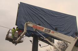 Nelegální billboardy před odstraněním silničáři přikrývají