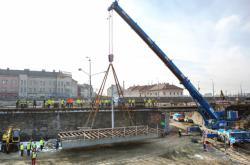 Rozebírání železničního mostu v Plzni