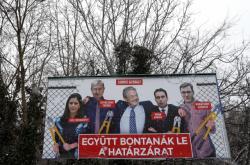 Maďarská vláda nechala vyvěsit billboardy, které na koláži ukazují George Sorose se členy opozice