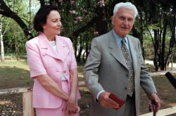 Sonja Baťová s manželem Tomášem Baťou jr. na zahradě své bývalé vily ve Zlíně