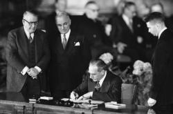 Americký ministr zahraničních věcí Dean Acheson podepisuje 4.4.1949 zakládající dohodu Severoatlantického paktu