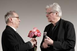 Herec Peter Simonischek (vpravo) přebírá od ředitele Berlinale Dietera Kosslicka cenu Kamera pro Jiřího Menzela