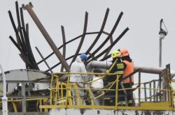 Záchranáři zasahují po výbuchu v areálu chemičky v Kralupech nad Vltavou na Mělnicku