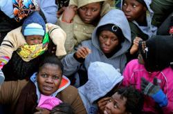 Migranti zachránění libyjskou pobřežní stráží ve Středozemní moři