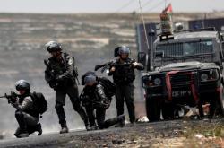 Izraelští vojáci na hranicích s Palestinou