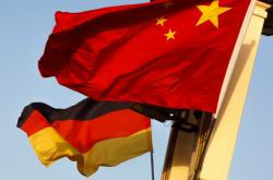 Německá a čínská vlajka na náměstí Tchien-an-men v Pekingu