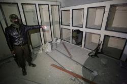 Syrský povstalec ukazuje věznici IS