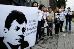 Protest novinářů za propuštění Suščenka před ruskou ambasádou v Kyjevě v říjnu 2016