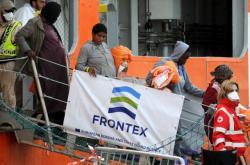 Zachránění uprchlíci se vyloďují na Sicílii