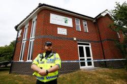 Policista před baptistickým kostelem, kde byli nejspíš otráveni muž a žena